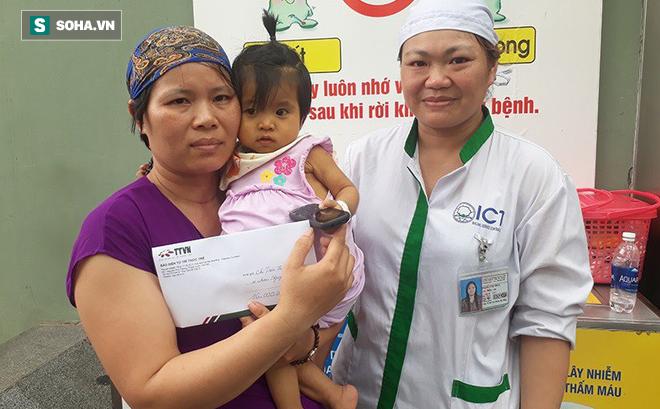 Trao tặng tiền ủng hộ chị Trần Thị Nhuần và bé Minh Châu