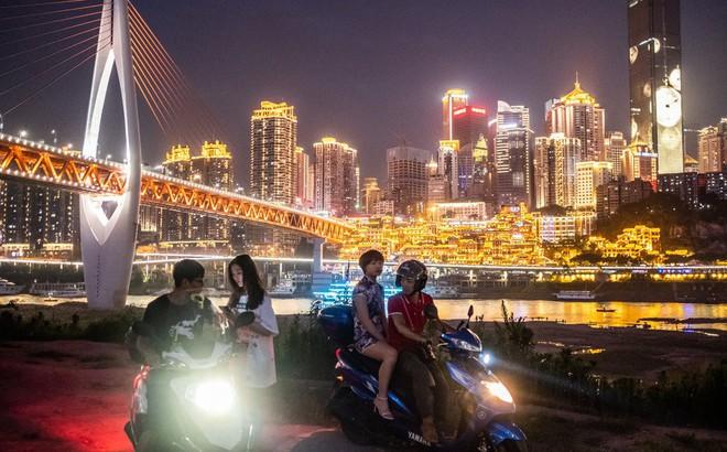 Nền kinh tế sa sút, thanh niên TQ buông xuôi: Đến bờ sông ngắm cảnh suốt cuộc đời còn lại