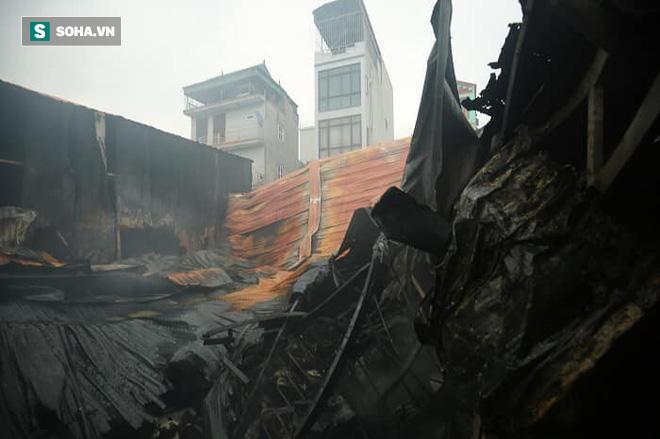 Hiện trường vụ cháy 4 xưởng trong đêm khiến 8 người chết và mất tích ở Hà Nội - Ảnh 4.
