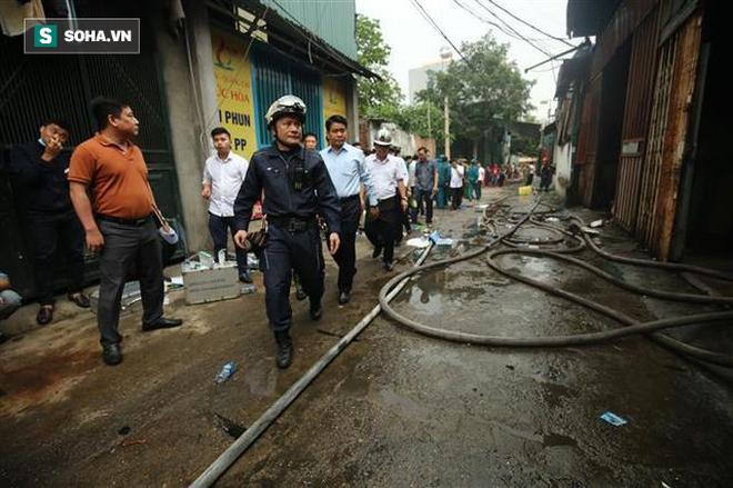 Hiện trường vụ cháy 4 xưởng trong đêm khiến 8 người chết và mất tích ở Hà Nội - Ảnh 10.