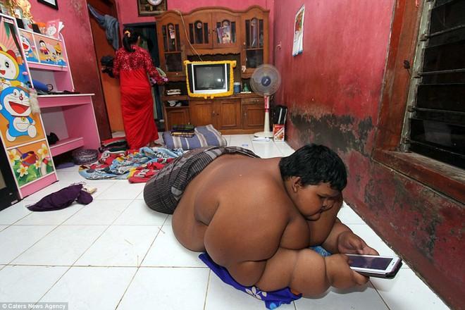 Từng được coi là 'bé trai nặng nhất thế giới', cậu bé Indonesia béo đến không thể đi học nổi giờ ra sao - Ảnh 3.