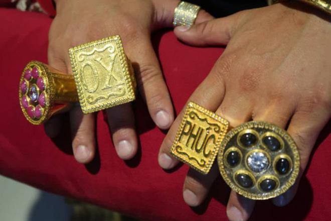 Bóc khối lượng vàng giả được đeo trên người Phúc XO, khủng nhất là vòng cổ chỉ đeo được 5 phút  - Ảnh 2.