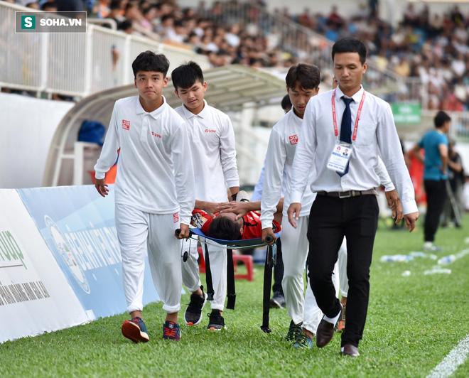 Sao HAGL đi cấp cứu gấp sau pha va chạm với cầu thủ Quảng Ninh - Ảnh 1.