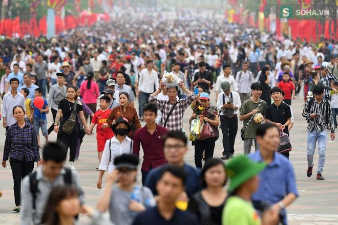 [Ảnh] Nhiều trẻ nhỏ lạc cha mẹ, hoảng sợ giữa biển người đổ về Lễ hội Đền Hùng - Ảnh 12.