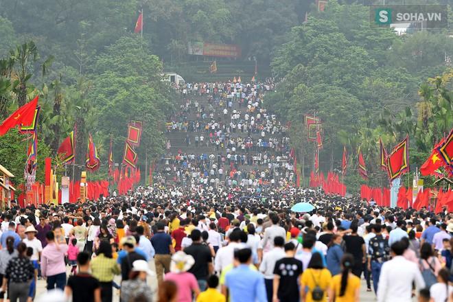 [Ảnh] Nhiều trẻ nhỏ lạc cha mẹ, hoảng sợ giữa biển người đổ về Lễ hội Đền Hùng - Ảnh 2.