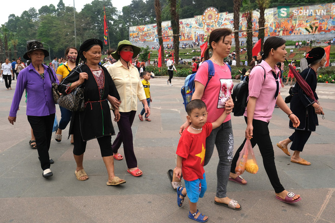 [Ảnh] Nhiều trẻ nhỏ lạc cha mẹ, hoảng sợ giữa biển người đổ về Lễ hội Đền Hùng - Ảnh 13.
