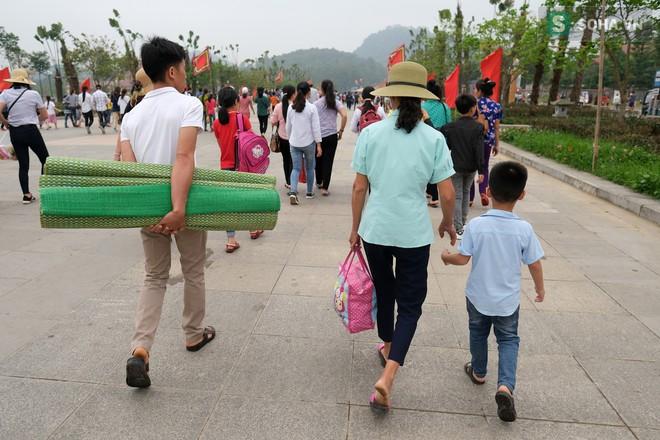 [Ảnh] Nhiều trẻ nhỏ lạc cha mẹ, hoảng sợ giữa biển người đổ về Lễ hội Đền Hùng - Ảnh 15.
