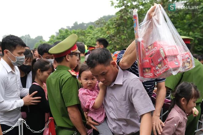 [Ảnh] Nhiều trẻ nhỏ lạc cha mẹ, hoảng sợ giữa biển người đổ về Lễ hội Đền Hùng - Ảnh 11.