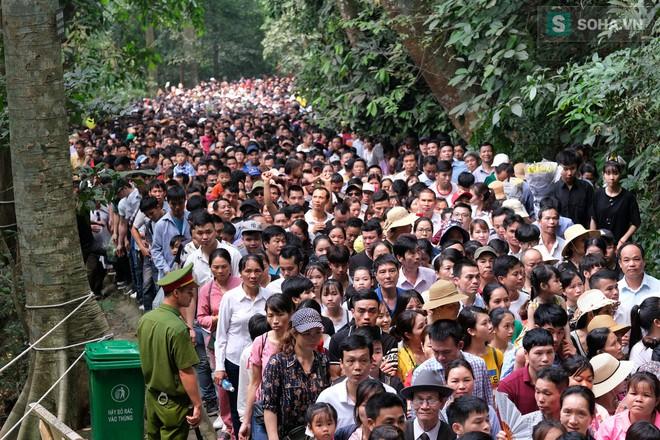 [Ảnh] Nhiều trẻ nhỏ lạc cha mẹ, hoảng sợ giữa biển người đổ về Lễ hội Đền Hùng - Ảnh 3.