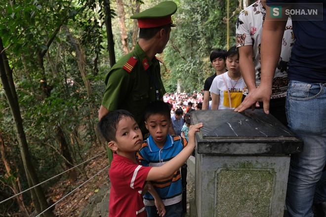 [Ảnh] Nhiều trẻ nhỏ lạc cha mẹ, hoảng sợ giữa biển người đổ về Lễ hội Đền Hùng - Ảnh 5.