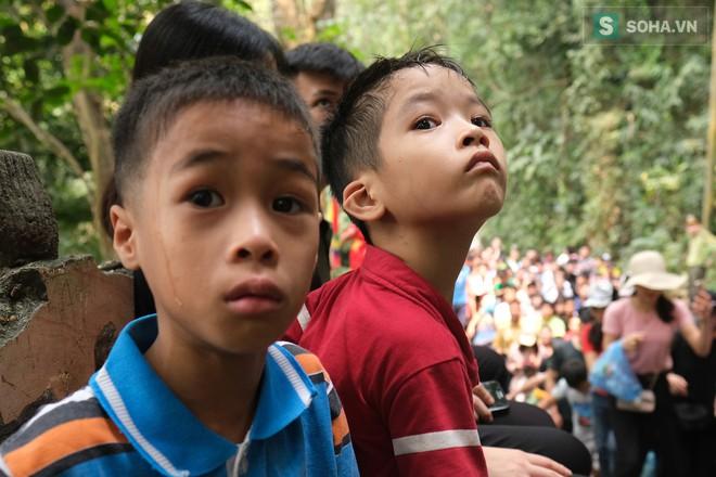[Ảnh] Nhiều trẻ nhỏ lạc cha mẹ, hoảng sợ giữa biển người đổ về Lễ hội Đền Hùng - Ảnh 7.