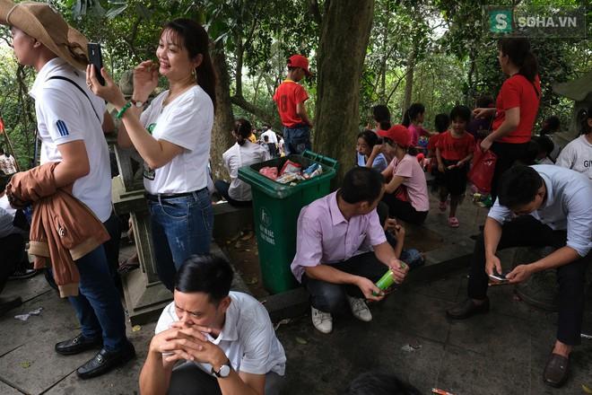 [Ảnh] Nhiều trẻ nhỏ lạc cha mẹ, hoảng sợ giữa biển người đổ về Lễ hội Đền Hùng - Ảnh 8.