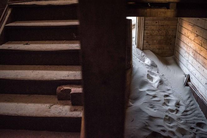 Khám phá ngôi làng Nga 'biến mất' mỗi khi gió to, người dân không ai dám đóng cửa vào ban đêm - Ảnh 3.