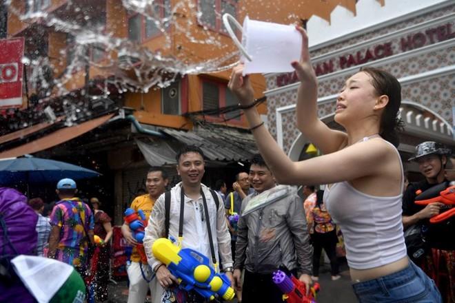 7 ngày qua ảnh: Nữ du khách Trung Quốc tham gia lễ hội té nước ở Thái Lan - Ảnh 2.