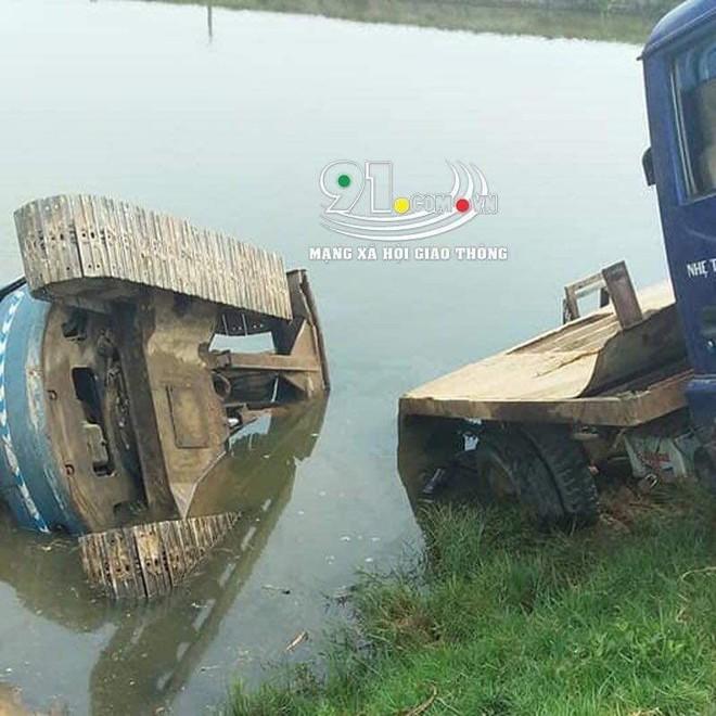Xe tải chở máy xúc tuột dốc đè 3 học sinh thương vong - Ảnh 1.