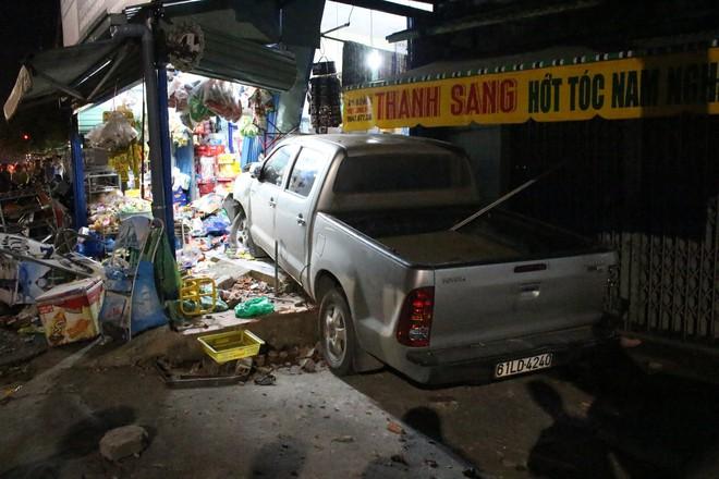 Ô tô bán tải tông xe máy rồi lao vào cửa hàng tạp hoá bên đường, 3 người trọng thương - Ảnh 1.