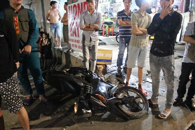 Ô tô bán tải tông xe máy rồi lao vào cửa hàng tạp hoá bên đường, 3 người trọng thương - Ảnh 2.