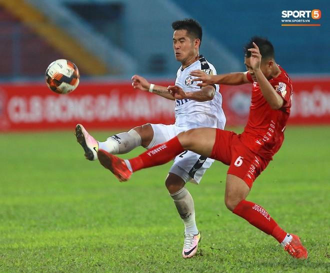 CĐV Hải Phòng quây chặt xe đội khách, quát nạt cầu thủ Đà Nẵng sau trận đấu có 2 thẻ đỏ - Ảnh 2.