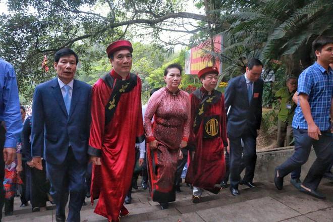 Chủ tịch Quốc hội Nguyễn Thị Kim Ngân dâng hương các Vua Hùng - Ảnh 6.