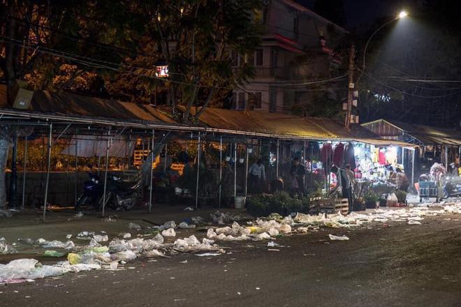 Đà Lạt - thành phố ngàn hoa ngập ngụa rác sau kỳ nghỉ lễ - Ảnh 2.