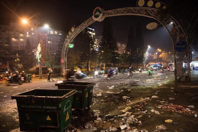 Đà Lạt - thành phố ngàn hoa ngập ngụa rác sau kỳ nghỉ lễ - Ảnh 4.