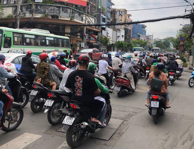 Người dân trở lại Sài Gòn, các nẻo đường ùn ứ kéo dài trong cái nóng hầm hập - Ảnh 3.