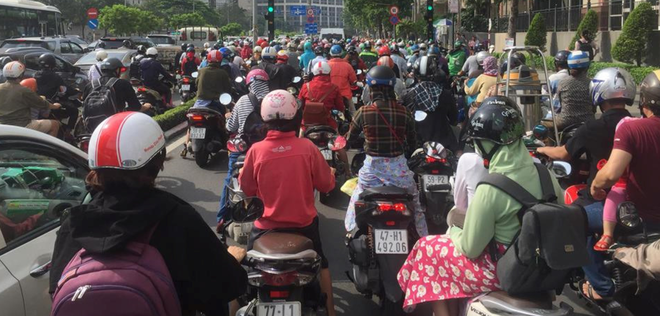 Người dân trở lại Sài Gòn, các nẻo đường ùn ứ kéo dài trong cái nóng hầm hập - Ảnh 1.