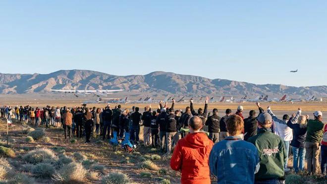Máy bay lớn nhất thế giới thực hiện thành công chuyến bay đầu tiên - Ảnh 3.