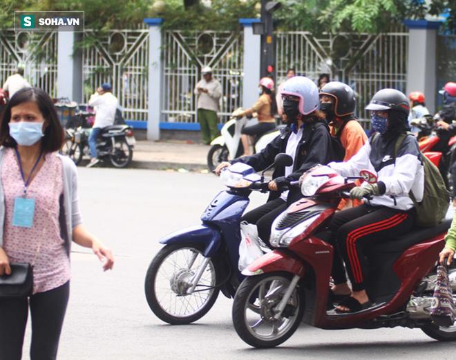 Người Sài Gòn chống chọi với nắng nóng khủng khiếp: Tiền vé đi bơi nhiều hơn... tiền ăn - Ảnh 2.