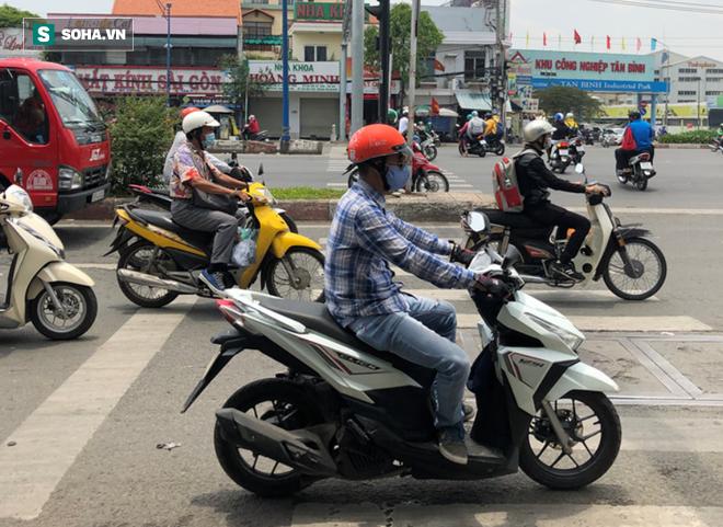 Người Sài Gòn chống chọi với nắng nóng khủng khiếp: Tiền vé đi bơi nhiều hơn... tiền ăn - Ảnh 1.