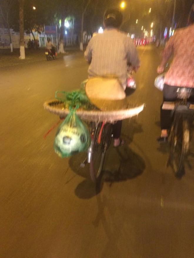 Bức ảnh chụp bà mẹ bán hàng rong, đồ vật cột sau xe khiến người đi đường xúc động  - Ảnh 1.