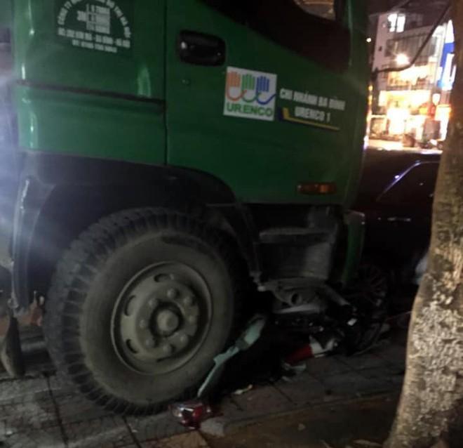 Hà Nội: Xe chở rác tông liên hoàn xe máy và xe con dừng đèn đỏ, 1 người gãy chân - Ảnh 2.