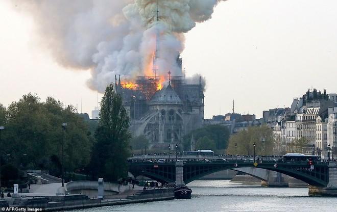 Cháy lớn kinh hoàng ở Nhà thờ Đức Bà Paris: Sập đỉnh tháp, phần lớn mái bị thiêu rụi - Ảnh 8.
