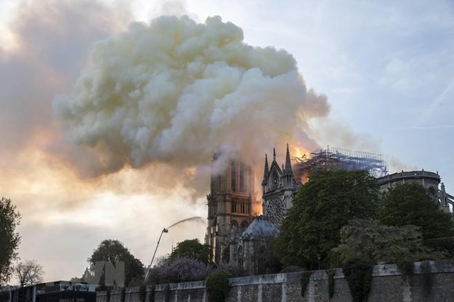 Cận cảnh Nhà thờ Đức Bà ở thủ đô Paris chìm trong biển lửa - Ảnh 1.