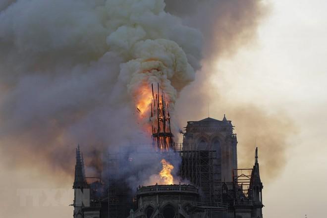 Cận cảnh Nhà thờ Đức Bà ở thủ đô Paris chìm trong biển lửa - Ảnh 2.