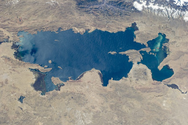 Ghé thăm hồ tử thần nằm tại nơi cao nhất thế giới: Nước mặn đến nỗi lật cả thuyền bè - Ảnh 2.