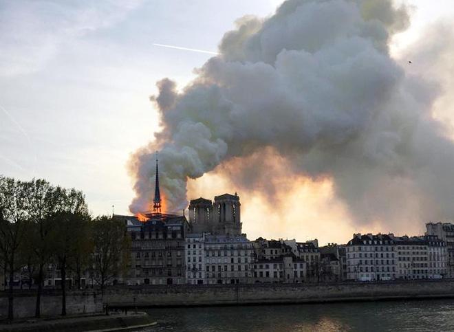 Loạt ảnh kinh hoàng về vụ hỏa hoạn lịch sử tại nhà thờ Đức Bà: Lửa như thổi bùng lên từ địa ngục - Ảnh 5.