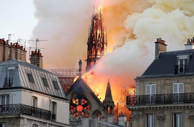 Loạt ảnh kinh hoàng về vụ hỏa hoạn lịch sử tại nhà thờ Đức Bà: Lửa như thổi bùng lên từ địa ngục - Ảnh 8.