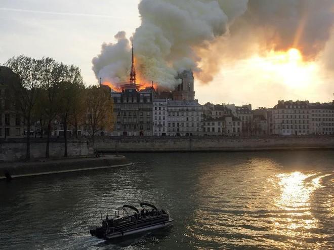 Loạt ảnh kinh hoàng về vụ hỏa hoạn lịch sử tại nhà thờ Đức Bà: Lửa như thổi bùng lên từ địa ngục - Ảnh 9.