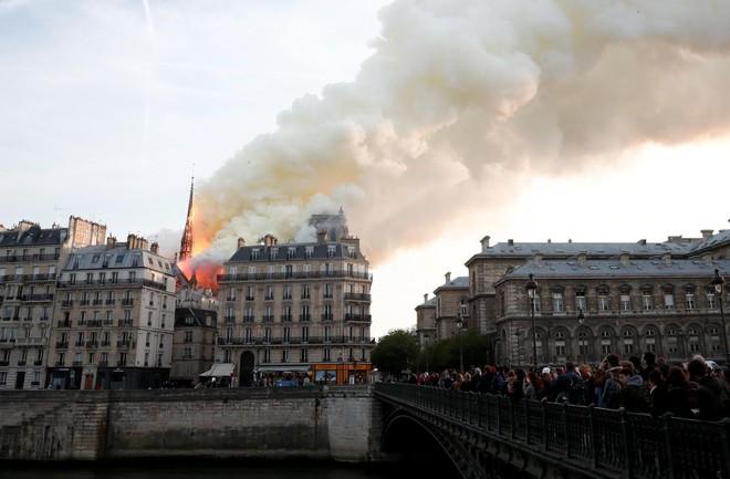 Loạt ảnh kinh hoàng về vụ hỏa hoạn lịch sử tại nhà thờ Đức Bà: Lửa như thổi bùng lên từ địa ngục - Ảnh 10.