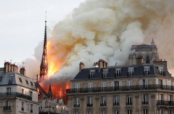 Loạt ảnh kinh hoàng về vụ hỏa hoạn lịch sử tại nhà thờ Đức Bà: Lửa như thổi bùng lên từ địa ngục - Ảnh 11.