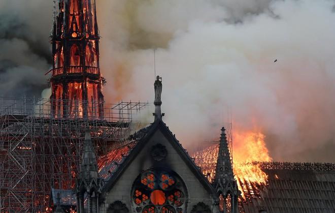 Loạt ảnh kinh hoàng về vụ hỏa hoạn lịch sử tại nhà thờ Đức Bà: Lửa như thổi bùng lên từ địa ngục - Ảnh 12.