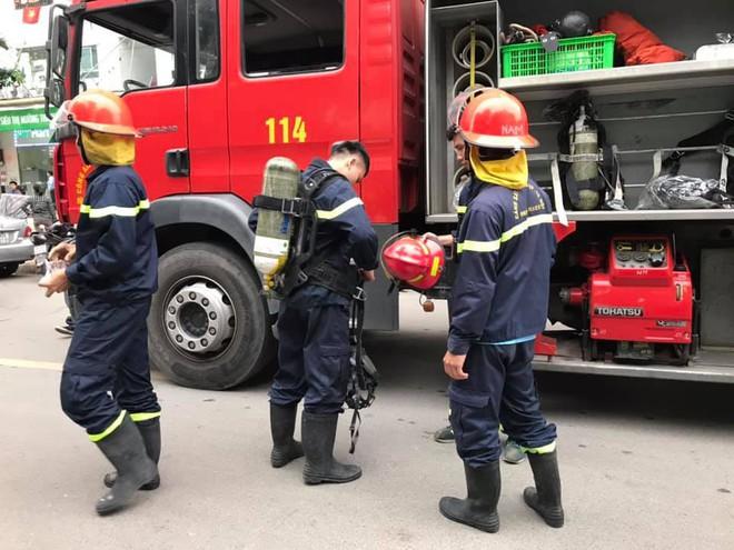 Lửa, khói bốc ra ngùn ngụt từ tầng 32 chung cư HH2C Linh Đàm, cư dân hoảng loạn tháo chạy - Ảnh 1.