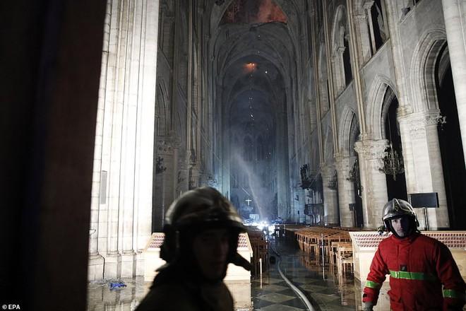 Những hình ảnh đầu tiên bên trong Nhà thờ Đức Bà Paris sau vụ hỏa hoạn - Ảnh 2.