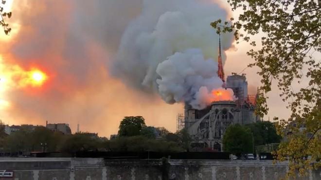Thế giới bàng hoàng trước vụ cháy Nhà thờ Đức Bà Paris - Ảnh 5.