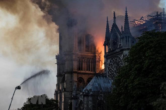 Cận cảnh Nhà thờ Đức Bà ở thủ đô Paris chìm trong biển lửa - Ảnh 7.