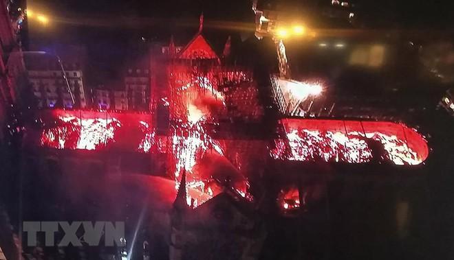 Cận cảnh Nhà thờ Đức Bà ở thủ đô Paris chìm trong biển lửa - Ảnh 8.