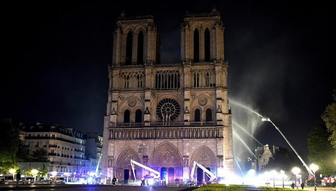 Cận cảnh Nhà thờ Đức Bà ở thủ đô Paris chìm trong biển lửa - Ảnh 9.