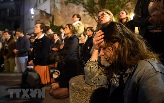 Cận cảnh Nhà thờ Đức Bà ở thủ đô Paris chìm trong biển lửa - Ảnh 10.