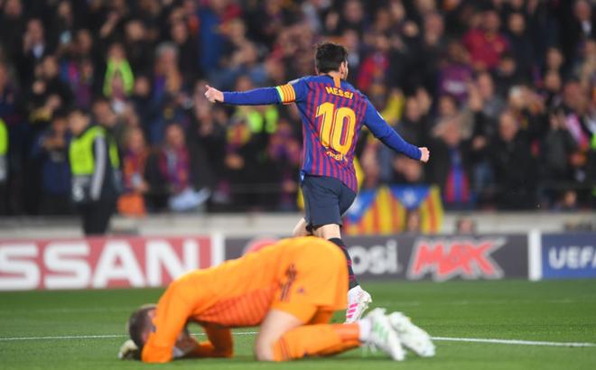 """Ashley Young, David de Gea thi nhau """"tự sát"""", Man United gục ngã trước Messi """"thần thánh"""""""